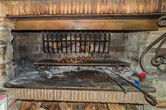 Backenpatatoes und -fleisch in einem offenen Feuerofen Lizenzfreie Stockfotografie