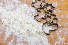 Backenweihnachtslebkuchen mit Weißmehl auf dem Holztisch Stockbild