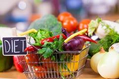 Backet d'achats avec les légumes suivants un régime photographie stock libre de droits