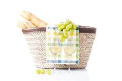Backet de Picninc con la fruta, el pan y el vino Imagen de archivo