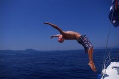 Backflip da una barca Fotografie Stock