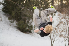 Backflip die parkour in het park van de de wintersneeuw springen - free-run opleiding Stock Afbeelding