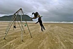 Backflip fora dos balanços na praia em Oregon Imagens de Stock