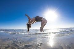 Backflip na praia fotos de stock