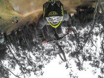 Backflip va favorable perspectiva del mountainbiker fotografía de archivo