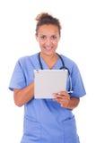 Молодой доктор при стетоскоп и таблетка изолированные на белом backg стоковая фотография rf