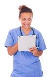 Молодой доктор при стетоскоп и таблетка изолированные на белом backg стоковые фотографии rf