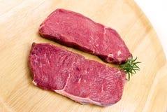 backg wołowiny mięsny surowy pieczony stek drewniany Obraz Stock