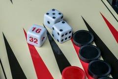 Backgammon-Brett mit Würfeln und Kontrolleure Stockfotografie