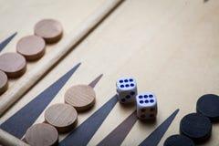 Backgammon stiger ombord och tärnar Royaltyfri Foto