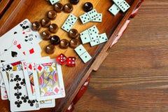 Backgammon y tarjetas imagen de archivo