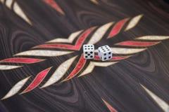 backgammonchiper tärnar fotografering för bildbyråer