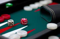 Backgammonkasten, -rüttler und -würfel stockfotografie