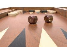 Backgammonspiel mit Würfeln, Brett und Chips Stockbild