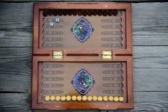 Backgammonspiel mit zwei Würfeln Lizenzfreies Stockfoto