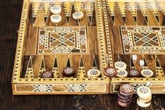 Backgammonspiel mit zwei Würfeln Stockbild