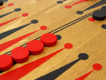 Backgammonspielvorstand und -stücke Stockbild