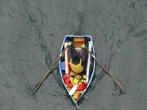 Backgorund моря весельной лодки человека Стоковые Изображения RF