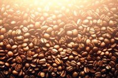 Backgound arrostito dei chicchi di caffè, spazio della copia, vista superiore Cappuccino, caffè espresso scuro, bevanda nera dell Immagine Stock Libera da Diritti