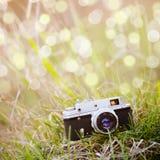 Backgound d'été avec le rétro appareil-photo Photographie stock
