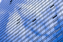 Backgourd of cloud refelected on the commercial building glass w Royalty Free Stock Photos