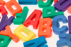 backgr алфавита помечает буквами магнитную белизну Стоковое фото RF