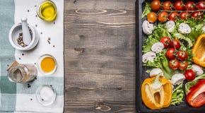 五颜六色各种各样在木箱和调味料餐巾地方文本的有机农厂菜,构筑木土气backgr 免版税库存图片