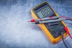 Ψηφιακός ηλεκτρικός τρέχων έλεγχος καλωδίων ελεγκτών στο μεταλλικό backgr Στοκ εικόνες με δικαίωμα ελεύθερης χρήσης