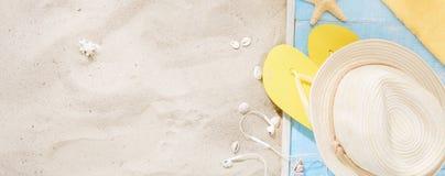 Backgr del verano de las vacaciones del viaje de la arena de los accesorios del viajero de la visión superior Imagen de archivo libre de regalías