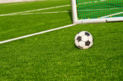 Backgraund de las metas del balompié del balón de fútbol Imagenes de archivo