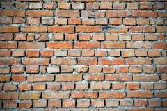 Backgraund rosso del muro di mattoni con i bordi scuriti Fondo di vecchio muro di mattoni d'annata Fotografie Stock Libere da Diritti