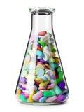 backgro покрасило таблетки изолированные склянкой белым Стоковое Изображение