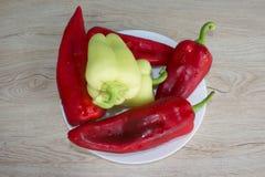 Backgro verde e rosso del peperone dolce Includa le verdure ed il pepe organici sul pavimento di legno Immagine Stock Libera da Diritti
