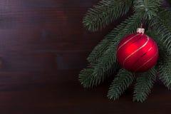 Νοσταλγική κόκκινη σφαίρα Χριστουγέννων στο σκοτεινό backgrond Στοκ εικόνες με δικαίωμα ελεύθερης χρήσης