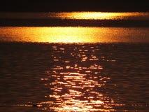 Złoty Wodny tło Zdjęcia Royalty Free