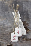 顶视图音乐纸张和24在木backgrou的圣诞节的 图库摄影