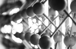 Backgrou abstracto blanco y negro horizontal de las esferas de la falta de definición de movimiento Imagen de archivo