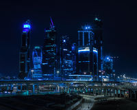 Backgrou azul vívido horizontal do centro de negócios da cidade de Moscou da noite fotografia de stock royalty free