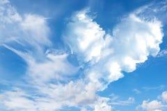 backgrou de nature de ciel bleu et de nuage de coeur d'abrégé sur romantique nuage Photographie stock libre de droits