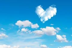 backgrou de nature de ciel bleu et de nuage de coeur d'abrégé sur romantique nuage Images stock