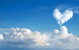 backgrou de nature de ciel bleu et de nuage de coeur d'abrégé sur romantique nuage Photographie stock
