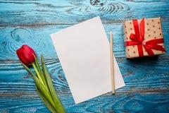 Backgrou mínimo floral da tulipa vermelha de easter do dia da mulher da mãe da mola Fotos de Stock