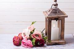 Backgroud con las flores en colores y vela rosados Fotografía de archivo