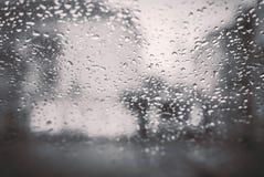 Backgrouds del agua cae en el parabrisas del coche Fotos de archivo