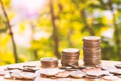 Backgroun crescente di verde di affari della pila della moneta di concetto dei soldi di risparmio Fotografia Stock Libera da Diritti