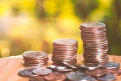Backgroun crescente di verde di affari della pila della moneta di concetto dei soldi di risparmio Fotografie Stock