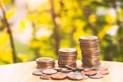 Backgroun crescente di verde di affari della pila della moneta di concetto dei soldi di risparmio Immagine Stock Libera da Diritti