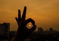 background bright hand ok sign silhouette sun На яркой предпосылке солнца Стоковые Изображения RF