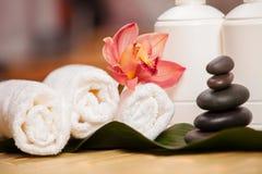 background candle flowers spa πετσέτα κίτρινη Άσπρες πετσέτες στις εξωτικές εγκαταστάσεις, όμορφη ορχιδέα Στοκ Εικόνα
