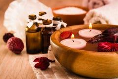 background candle flowers spa πετσέτα κίτρινη Aromatherapy, στοιχεία SPA, κεριά, ουσιαστικά έλαια, άλας θάλασσας, πετσέτες και λο Στοκ Φωτογραφίες